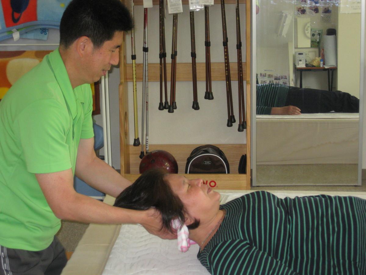 頚椎を伸ばしている施術風景 からだ回復 整体 町田