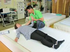 肩周りの筋肉を緩めている施術風景 からだ回復整体町田.jpg